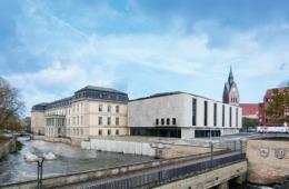 Altes Schloss und neuer Plenarbereich. (Bild: Joachim Grothus für blocher partners)
