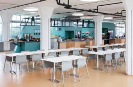 Cafeteria in der Van-Nelle-Fabrik mit Chassis-Bestuhlung (Design: Stefan Diez) und Aline-Tischen (Design: Andreas Störiko) von Wilkhahn, Bildnachweis: Wilkhahn, Foto: Stijn Poelstra