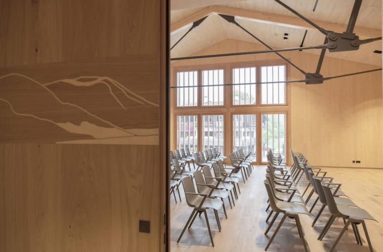 """Brückenschlag zwischen Historie und Gegenwart: Das Foyer verbindet als """"Fuge"""" den Neu- mit dem Altbau. Foto: Cordula Flegel"""
