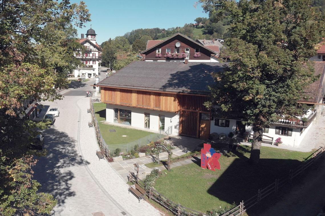 Der Neubau mit seinen Holzlamellen fügt sich nahtlos in das Ortsbild von Schliersee ein. Foto: Roger Barth