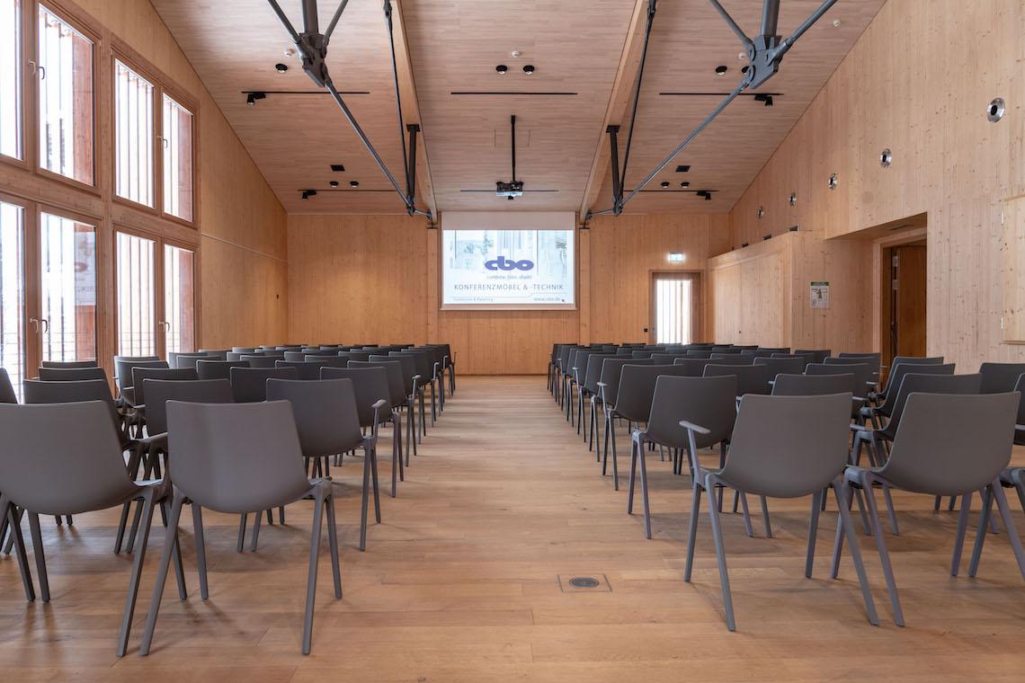 Dank Wilkhahn-Möblierung flexibel nutzbar und einfach zu konfigurieren: Der Veranstaltungssaal im Neubau des Heimatmuseums Schliersee. Fotos: Robert Forster