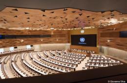 Mit 800 Sitzplätzen ist der kreisrunde Plenarsaal XIX der größte und technisch modernste Konferenzraum im europäischen Hauptsitz der Vereinten Nationen. Foto: Studio Peia / Giovanna Silva