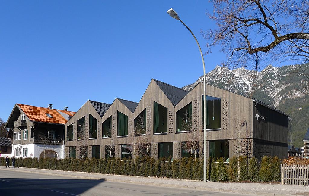 Das ortsverträglich dimensionierte neue Hotel an der St. Martin-Straße ist über den Altbau (links im Bild) erschlossen. (Bild: Ursula Baus)