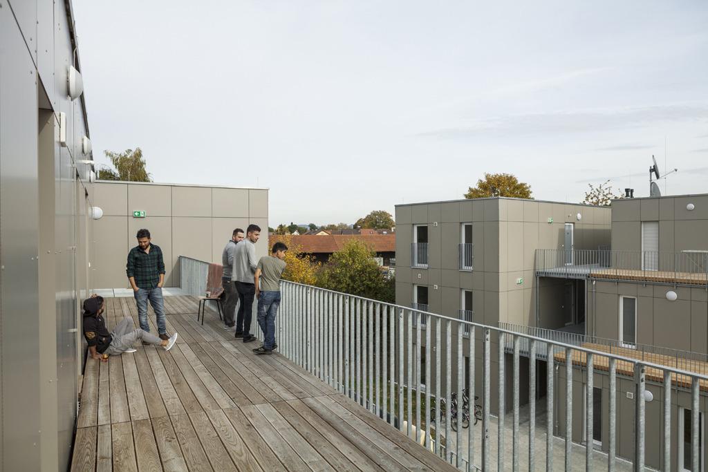 Alleinreisende Männer leben im jeweils obersten Stockwerk in 8er WG's mit je 2 Personen in einem Zimmer. Sie haben von ihrem Terrassengang einen guten Überblick über die Anlage.