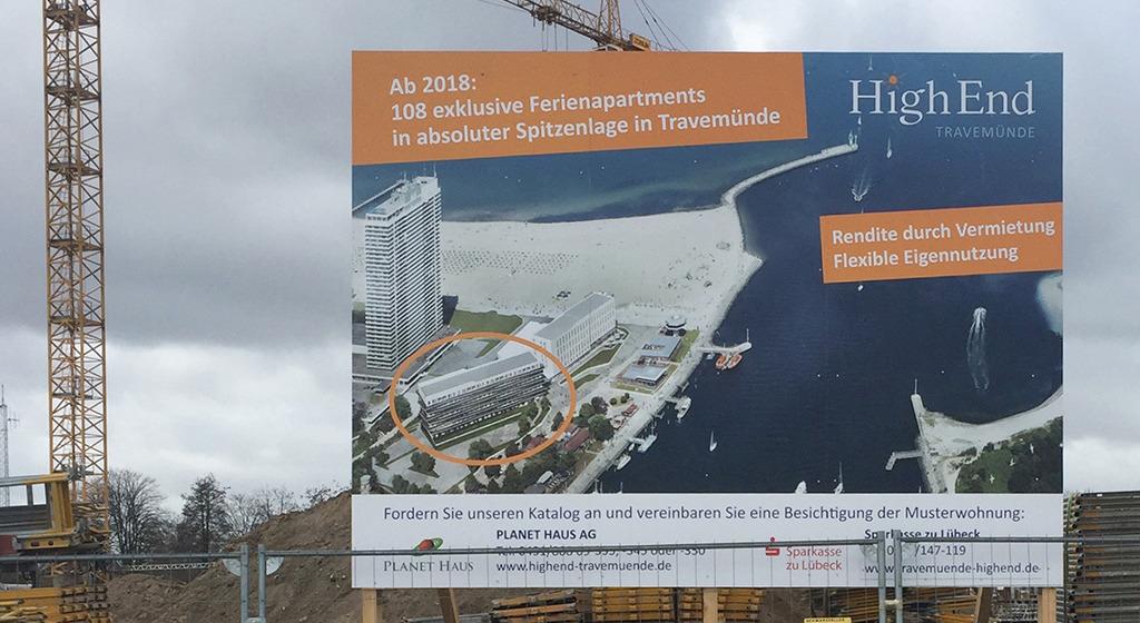 """Auf dem Bauschild des """"High End"""" sind die beiden Neubauten zu sehen, die den einst großzügigen und nur mit einem öffentlichen Schwimmbad bebauten Bereich an der Travemündung verbarrikadieren. (Foto: Wilfried Dechau)"""