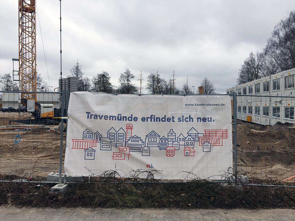 """""""Travemünde erfindet sich neu"""" – auf der Werbeplane ist die Silhouette vom """"alten"""" Travemünde abstrahiert (Foto: Wilfried Dechau)"""