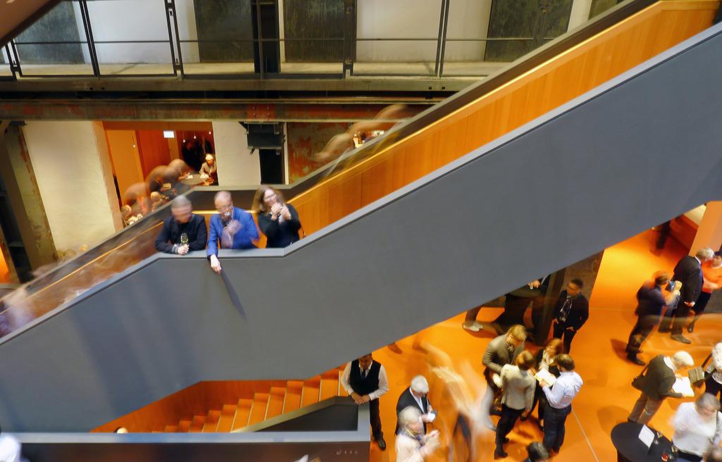 Blick von der oeberen Ebene in Erdgeschoss des Foyers (Bild: Ursula Baus)