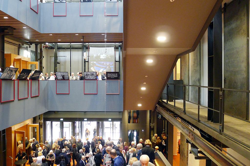 Erstes von zwei Foyergeschossen (Bild: Ursula Baus)