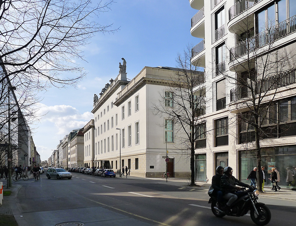Französische Straße 33d: Das ehemalige Magazin der Staatsoper tritt nicht als Solität in Erscheinung (Bild: Ursula Baus)