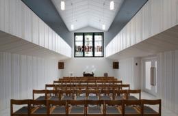 Ein jetzt gerichteter, kleiner Kirchenraum – kleiner, kompakter als vorher (Bild: Sven Paustian)