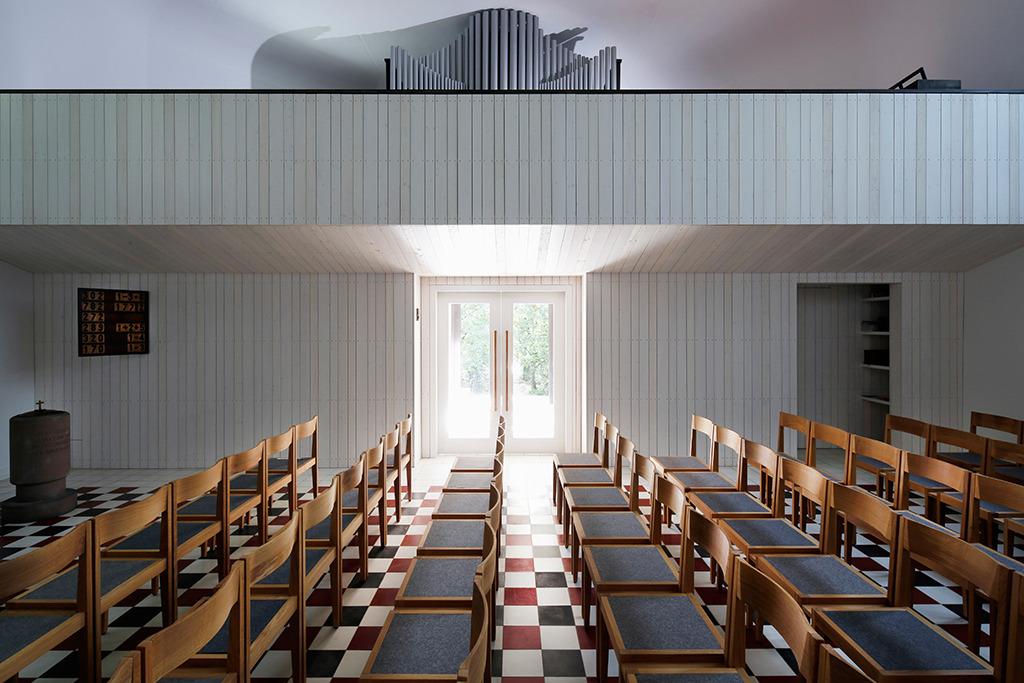 Seitlicher Ausgang, neue Empore mit Orgel (Bild: Sven Paustian)