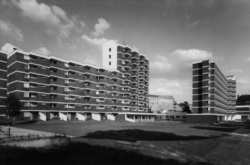 Ernst Mays Heinrich-Plett-Haus von Südwesten, im Hintergrund das Altenpflegeheim (Bild: Ernst May-Gesellschaft, Berlin)