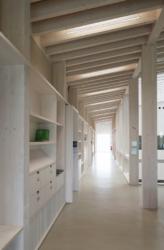 Innenräumlich prägt die Holzbauweise die Atmosphäre des Schmuttertal-Gymnasiums (Bild: Heinrich Müller-Naumann)