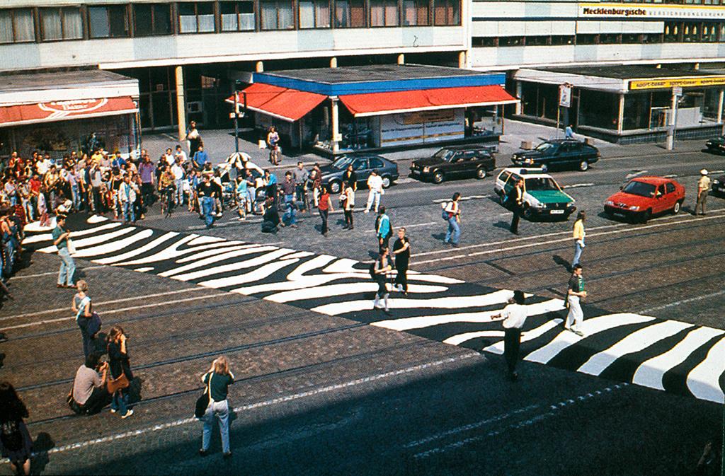 Vorrang für Fußgänger: Ein transportabler Zebrastreifen von Gerhard Lang und Lucius Burckhardt wurde 1993 in Kassel ausgerollt.