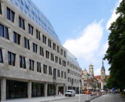 Fassaden der neue Baukörper am Karlsplatz, Blickrichtung Stiftskirche (Bild: Ursula Baus)