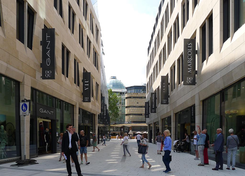 Die Sporerstraße zwischen Karlsplatz und Karlspasse (Kaufhaus Breuniger). Im Erdgeschoss stört die Verbarrikadierung des Sansibar-Aßennbereichs, dass ein tatsächlich öffentlicher Platz entsteht. (Bild: Ursula Baus)