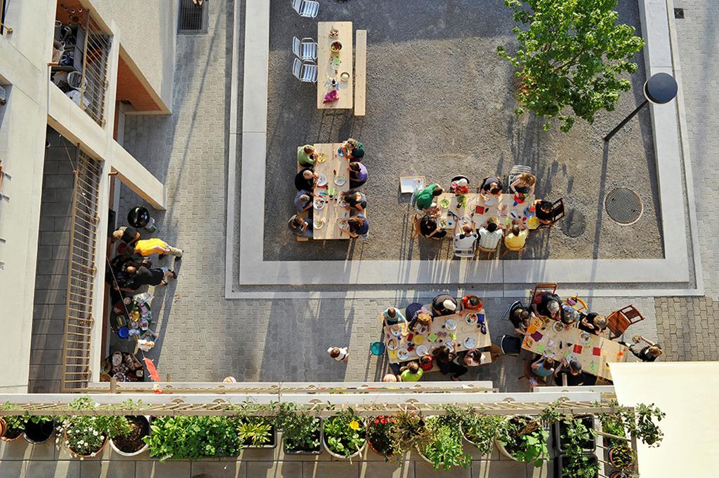 Essen im Freien: Siedlung Heizenholz, Kraftwerk1 in Zürich, 2012 von Adrian Streich Architekten gebaut (Bild: Katrin Simonett/VG Bild-Kunst, Bonn 2017)