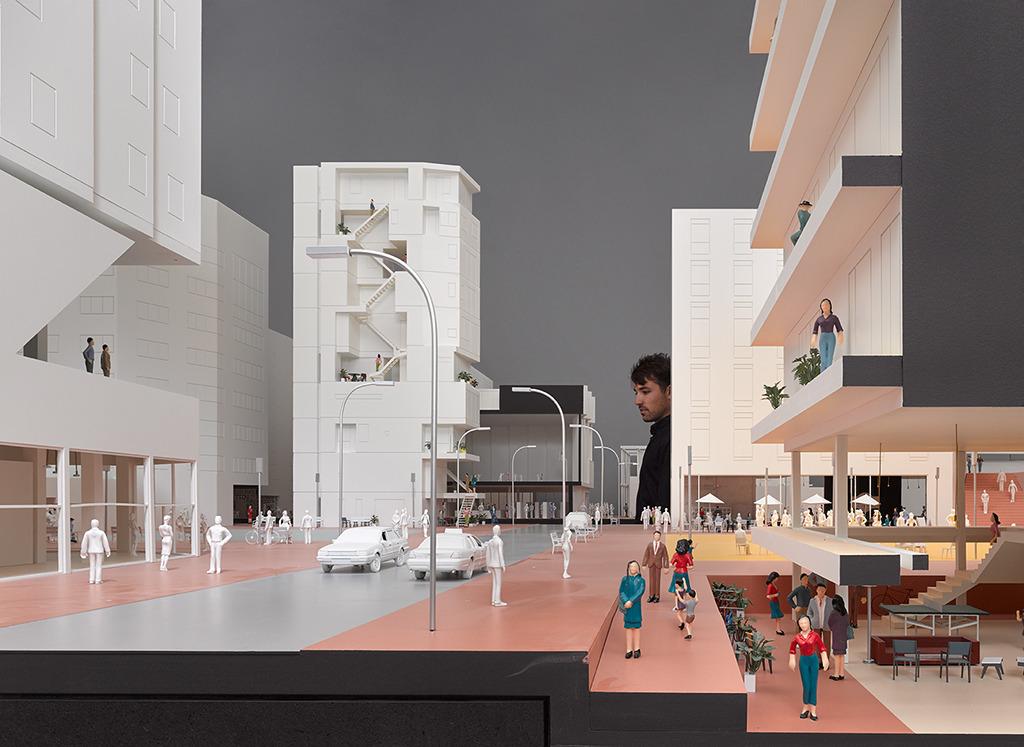 Blick in die fiktive Stadtinszenierung, Hauptraum des Vitra Design Museums (Bild: Hannes Henz)