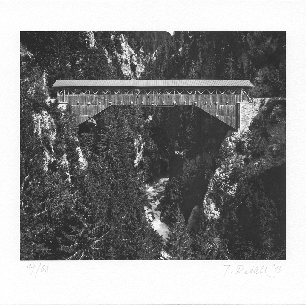 Punt Russein, (Johann Feller, 1857) bei Sumvitg / Disentis, Graubünden, aus der Serie »Rheinbrücken«, © Tomas Riehle. 2013 Bild 17/65, Bildformat 15,8 x 18 cm (Sammlung Dechau)