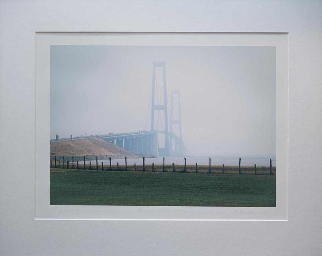 """Storebeltbrücke 1999. """"Für Wilfried Dechau. Tomas Riehle, 23.10.01 Bildformat 24,7 x 35 cm (Sammlung Dechau)"""