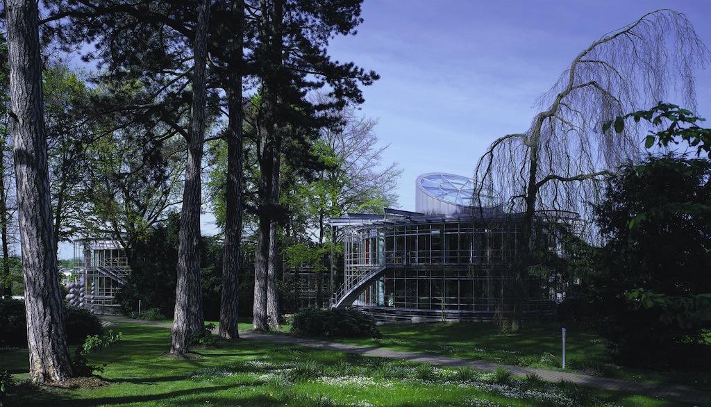 Die Parkansicht des DBU-Haupthauses. Die Glasfassade ist Markenzeichen und Dämmung zugleich.