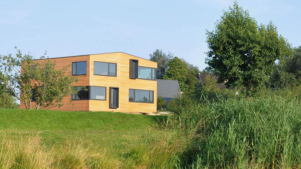 Schon außen lässt sich erkennen, wie im Ferienhaus die Landschaft inszeniert wird (Bild: Zigler Architekten)