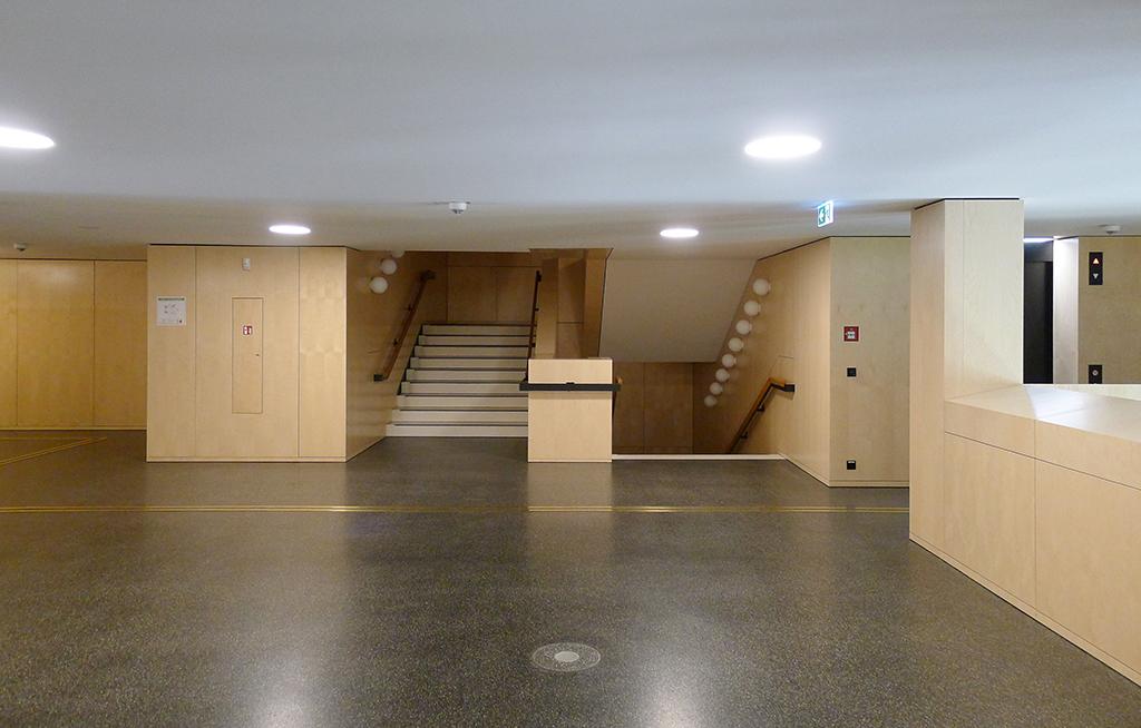 Treppenaufgang zumZwischengeschoss an der Haupthalle (Bild: Ursula Baus)
