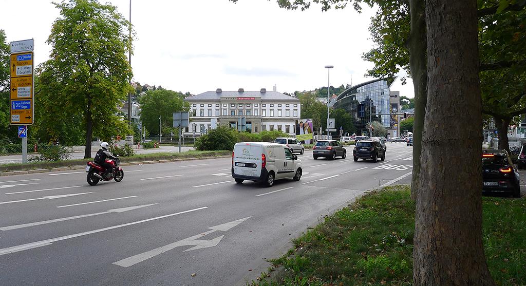Lauschig: In der Achse des Wilhelmspalais' kreuzen sich die B 14 und die B 27. (Bild_Ursula Baus)