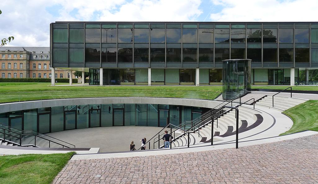 Den Landtag – wenige Schritte vom Stadtmuseum an der B 14 gelegen – hatte das Büro Volker Staab saniert, das Besucherzentrum auf Ebene - 1 wurde nach einem Wettbewerb von Henning Larsen Architects realisiert. (Bild: Ursula Baus)