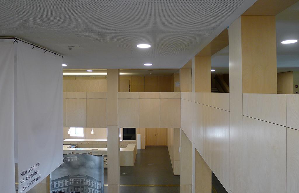 Blick vom Zwischengeschoss in die Haupthalle, die für die Architekturpreviwe bestückt ist. (Bild: Ursula Baus)