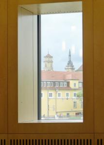 Blick zur Innenstadt; in der Laibungstiefe sind Fassadenhülle und Technik der Einbauschale verborgen. (Bild: Ursula Baus)