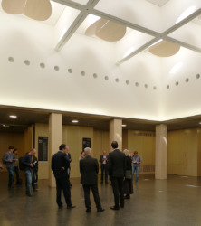 Oberlichtsaal mit vorbereiteten Tafeln zur Hugo Häring Preisverleihung (Bild: Ursula Baus)