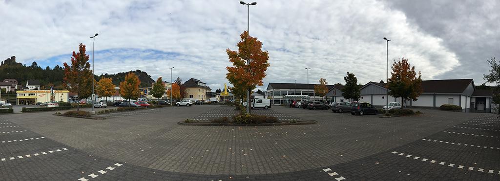 Die neue Versorgungsmitte Gerolsteins liegt am Ortsrand und besteht aus Parkplätzen und Einkaufsschuppen (Bild: Ursula Baus)