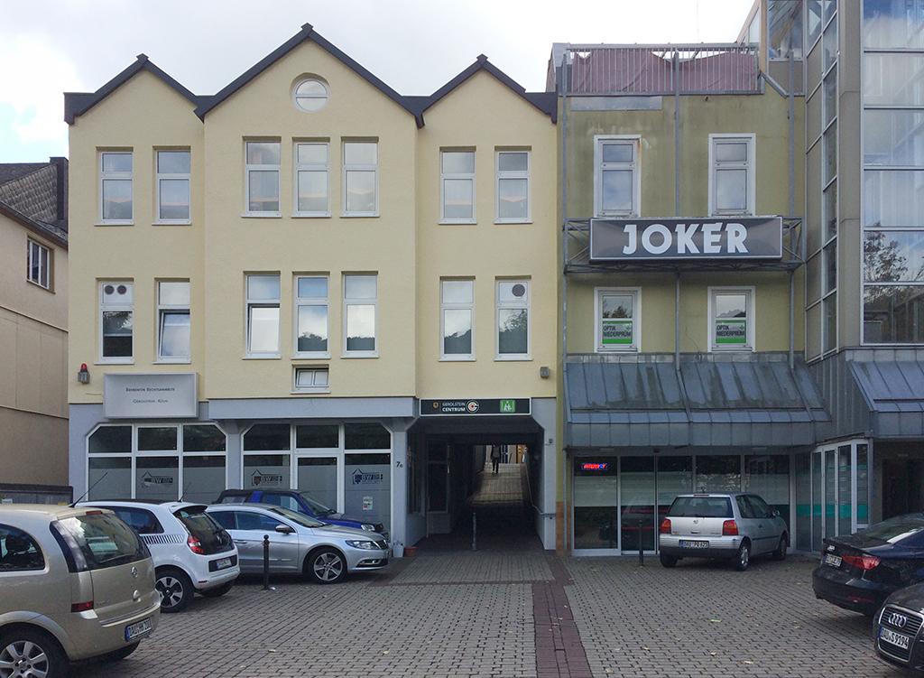 Zwischen Parkplatz und Hauptstraße: ein Mauseloch (Bild: Ursula Baus)