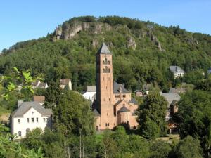 Vor eindrucksvoller Bergformation: Gerolstein mit der Erlöserkirche (Bild: wikipedia, A. Buchholz)
