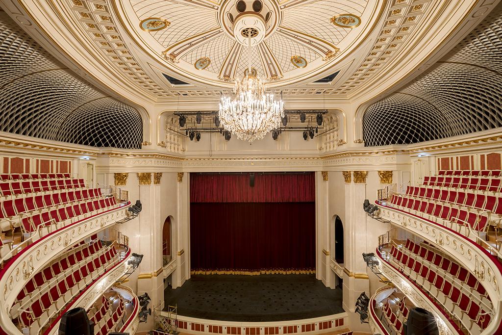 Blick vom oberen Rang zur Bühne (© Gordon Welters)
