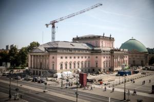 Blick von Unter den Linden zum Bebelplatz, im Hintergrund die Sankt-Hedwigs-Kathedrale (© Gordon Welters)