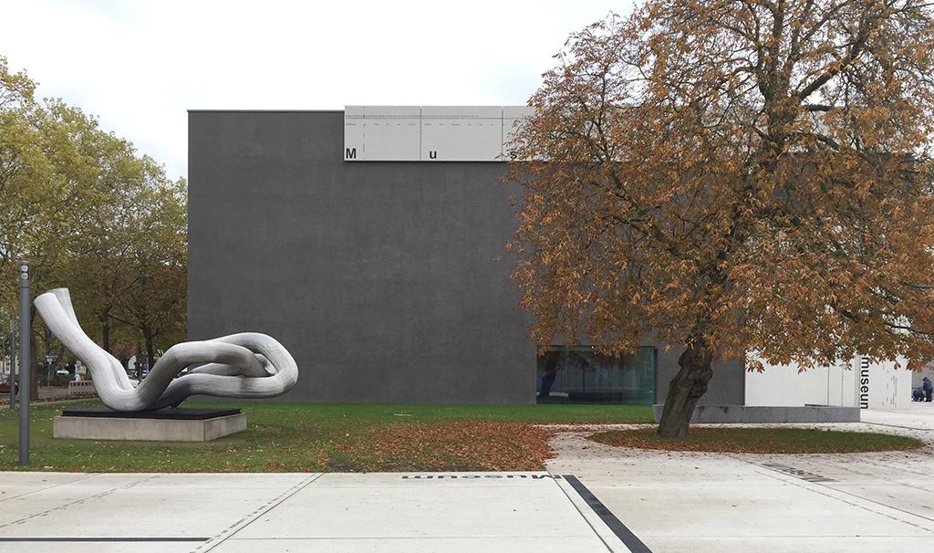 Westfassade; links des Neubaus der Eingang, über den auch der linkerhand liegende Altbau erschlossen ist. (Bild: Wilfried Dechau)