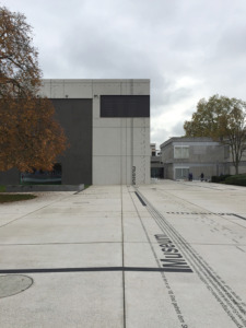 Rechts vom Neubau, am Scharnier zu Hanns Schöneckers Altbau, geht für der Weg am Café vorbei zum Eingang. (Bild: Wilfried Dechau)