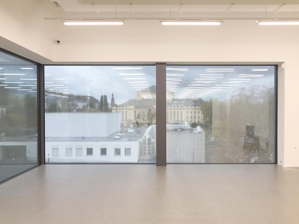 Gefiltert durch ein außenliegendes Stahlnetz: Ausblick Richtung Innenstadt auf die Musikhochschule und das Saarländische Staatstheater. (Bild: Wilfried Dechau)