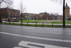 Ein trüber Dezembertag – der Straßenraum mit mehreren Fahrspuren, Ketten und Pollern dürfte à la longue entschleunigt und entschlackt werden (Bild: Ursula Baus)