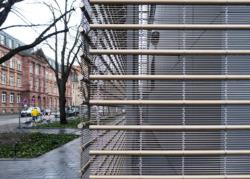 """Das von gmp """"Mesh"""" gennate Netz besteht aus jeweils 8 Edelstahldrahtstücken (Durchmesser 3 mm), die mit vierteiligem, ineinander verschlungenem Kettseil verbunden sind. (Bild: Ursula Baus)"""