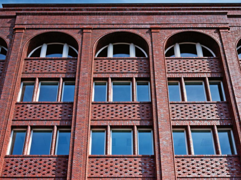 Umbau eines Geschäftshauses aus den 1960er-Jahren in Hamburg, Lielienstraße. (Architekten und Foto: Kollhoff Architekten, Berlin)