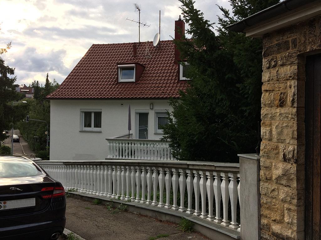 Keine Frage des Geldes: Ein Haus aus den 1950er-Jahren wird auch mit Balustrade nicht zum Barockschloss. (Bild: Ursula Baus)