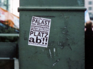 """Vereinigungsquerelen weitab vom Grenzverlauf. """"Wildes"""" Plakat am Potsdamer Platz, März 2006 (Bild: Wolfgang Kil)"""