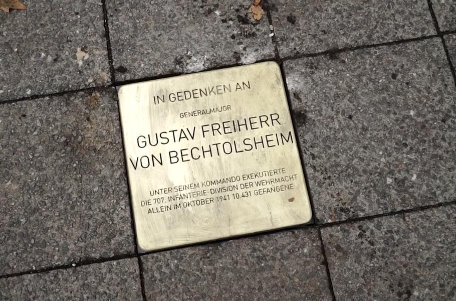 """Kunstaktion der Künstlergruppe """"Rocco und seine Brüder"""": """"Wehrmachtsstolpersteine"""" vor der AfD-Zentrale in Berlin (Bild: Rocco und seine Brüder)"""