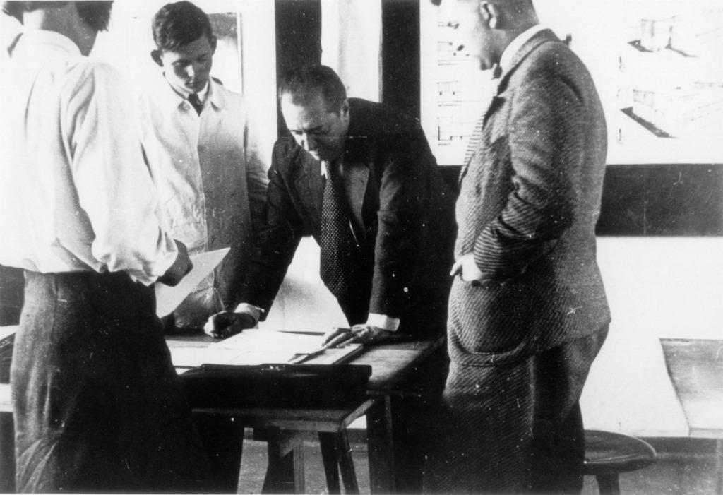Ludwig Mies van der Rohe mit Studenten, v.l.: Annemarie Wilke, Heinrich Neuy, Mies van der Rohe, Hermann Klumpp. (Bild: Pius Pahl, 1930/1931. Stiftung Bauhaus Dessau. © Peter Jan Pahl)