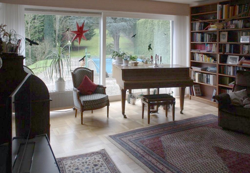 Swimming Pool und Klavier – Architektur- und Einrichtungsindizien eines Familienbildes, das nur einer einzigen Generation eignet? (Bild: privat)