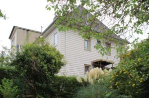 Pfelegleichte Fassadenverkleidung und Kunststofffenster, ein Vordach aus dem Baumarkt: Modernisierung? (Bild: privat)