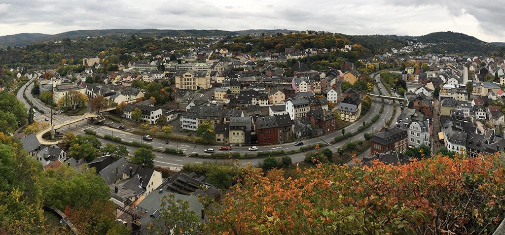Eine Stadt im Belagerungszustand: Idaroberstein: In den 1980er-Jahren wurde die Nahe unter die vierspurige Bundesstraße 41 verbannt. (Bild: Wilfried Dechau)